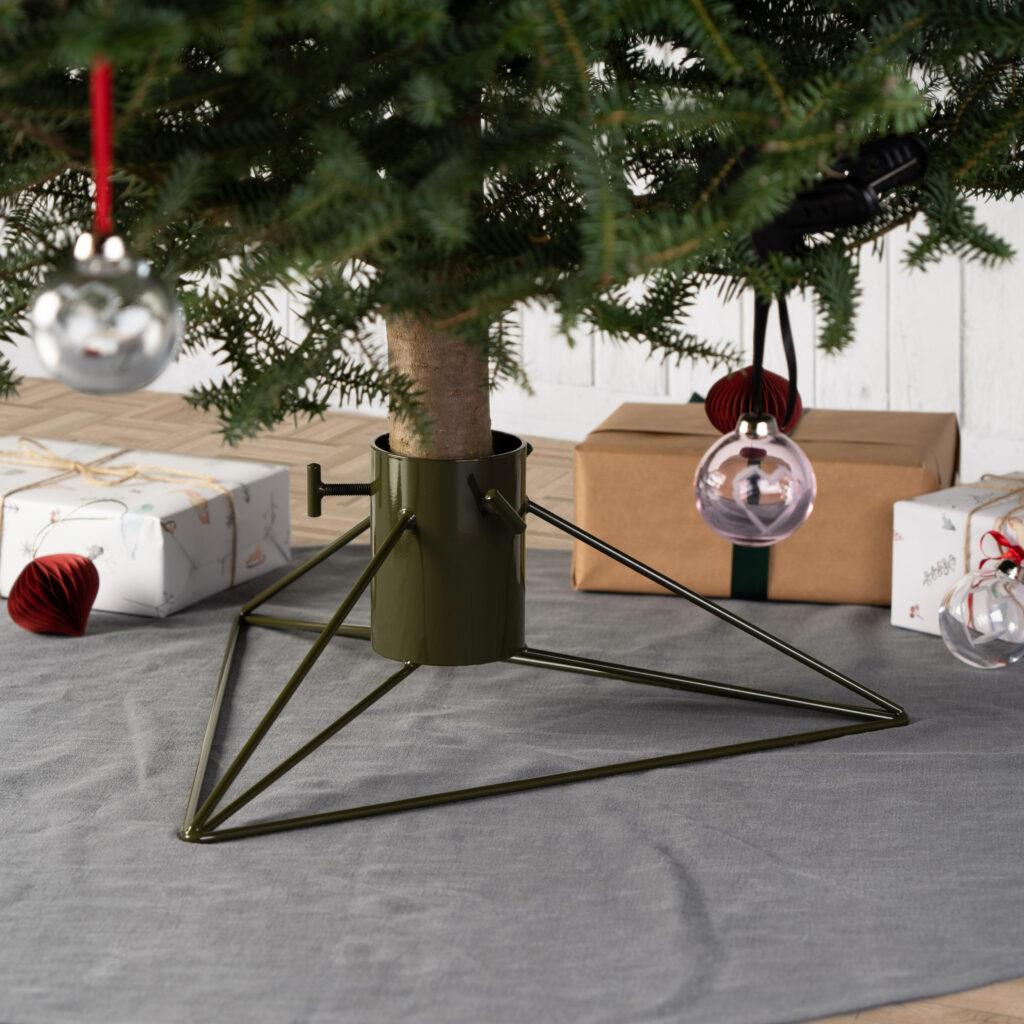 Designový stojan na vánoční stromek v zeleném provedení od Martina Foreta