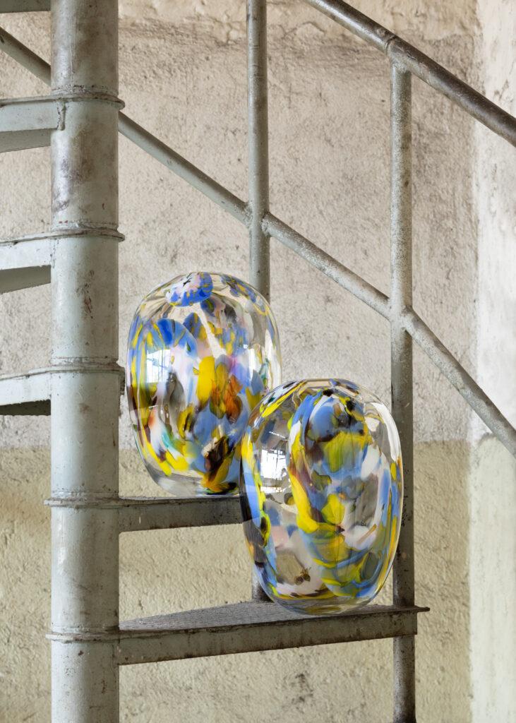 Techniku Muránského skla využila Jožová i pro vázy Europa