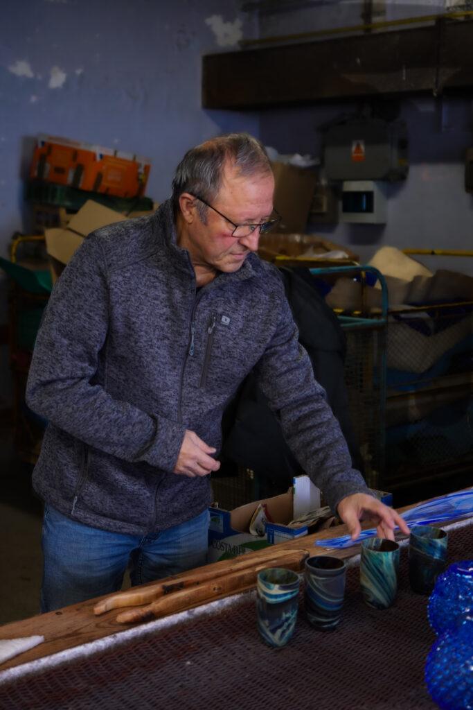 Pan Kuželka se jako sklářský technolog věnuje technice lazury už půl století. Foto Michal Kertész