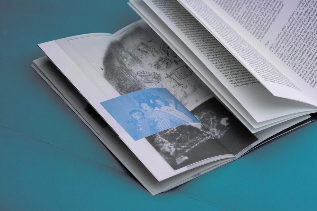 Atypický formát knihy umožňuje současné prohlížení básní i ilustrací. Foto Veronika Opatrná