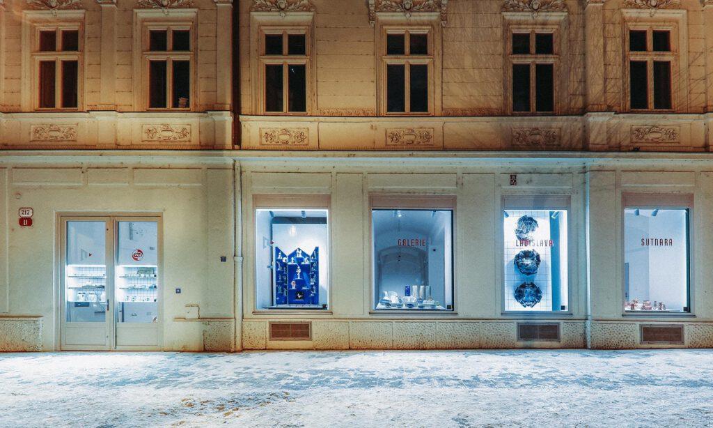 Bakalářské a diplomové práce absolventů ateliéru keramiky na Sutnarce vystavené ve výlohách plzeňské Galerie Ladislava Sutnara. Foto FDU LS