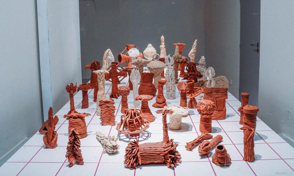 Absolventské práce ve výlohách plzeňské Galerie Ladislava Sutnara. Foto FDU LS