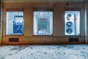 Výstava absolvenstkých prací ateliéru keramiky FDU LS ve výlohách Galerie Ladislava Sutnara. Foto Alex Dym
