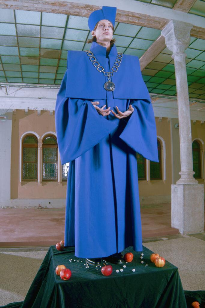 Rektorský talár je pak v barvě školy, královské modři. Je také ušit z pevné bavlny, aby podpořil sošnost. Foto Iurii Ladutko
