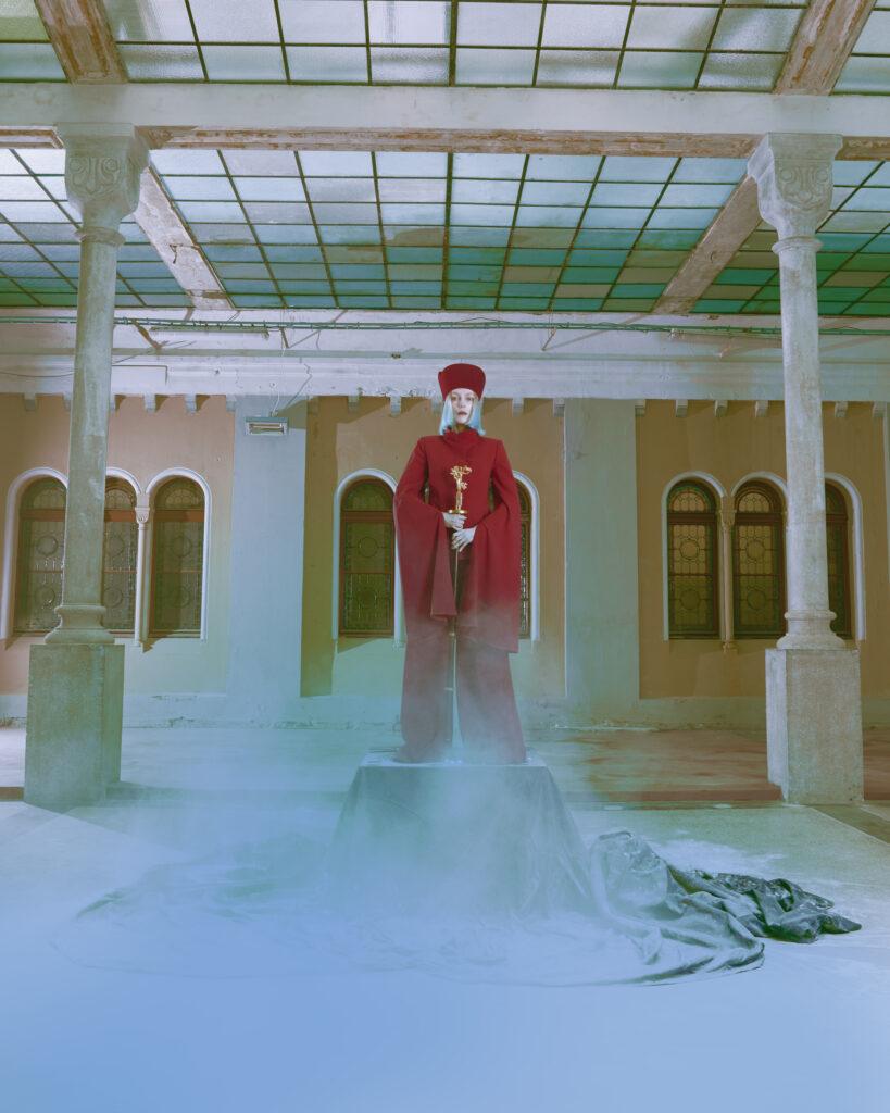 Pedel je pak oděn do červené. Foto Iurii Ladutko