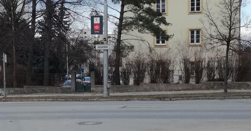 Část nevzhledných banerů už zmizely například v Jiráskové ulici. Foto Jihlava.cz