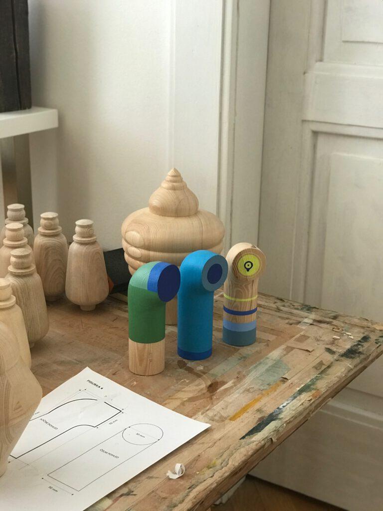 Od soustruhu k malbě, figurky Tititi vznikají ručně. Zdroj Tititi