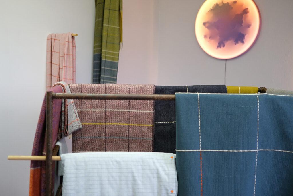 Textilní kolekce od Tkalcovny Kubák pro studio Durch Duo. Foto Czech Grand Design/Filip Kubák