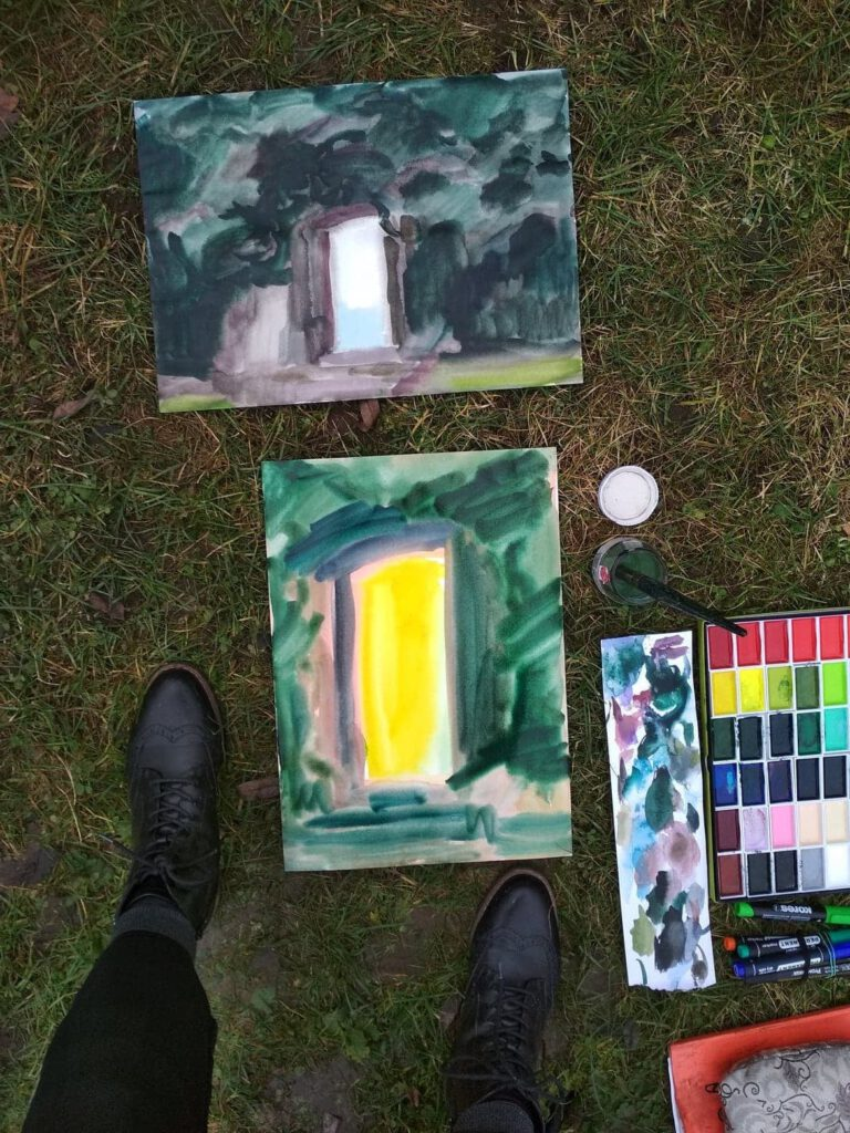 Milica Modrá a Hanna Sommerová se inspirovaly prázdným prázdným rámem dveří z vyhlídky na město a kontrastem mezi klidem parku a ruchem metropole. Zdroj facebook Vyšeartu
