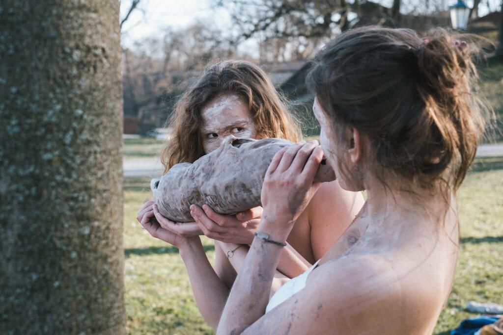 Eliška Hejhalová a Sára Skoczková pracují s keramikou a vnitřním prostorem soch, kterým přeneseně i doslova vdechly život. Zdroj facebook Vyšeartu