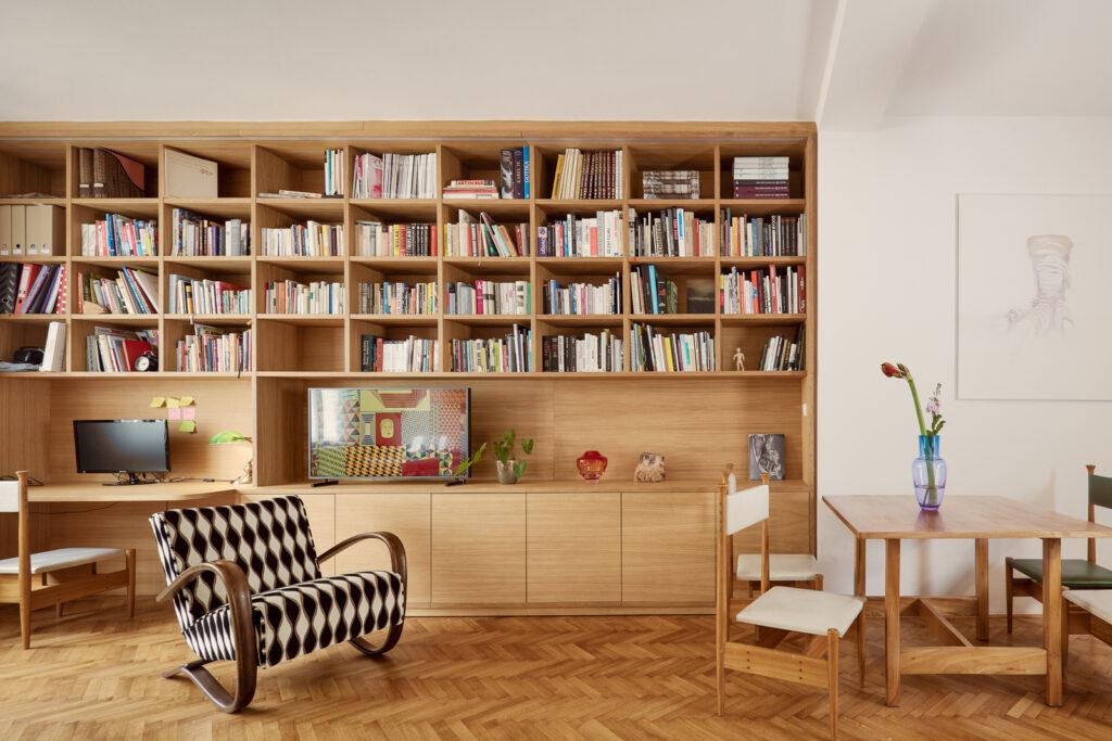 Obyvací pokoj disponuje vestavnou knihovnou s integrovaným pracovním místem. Foto Peter Fabo