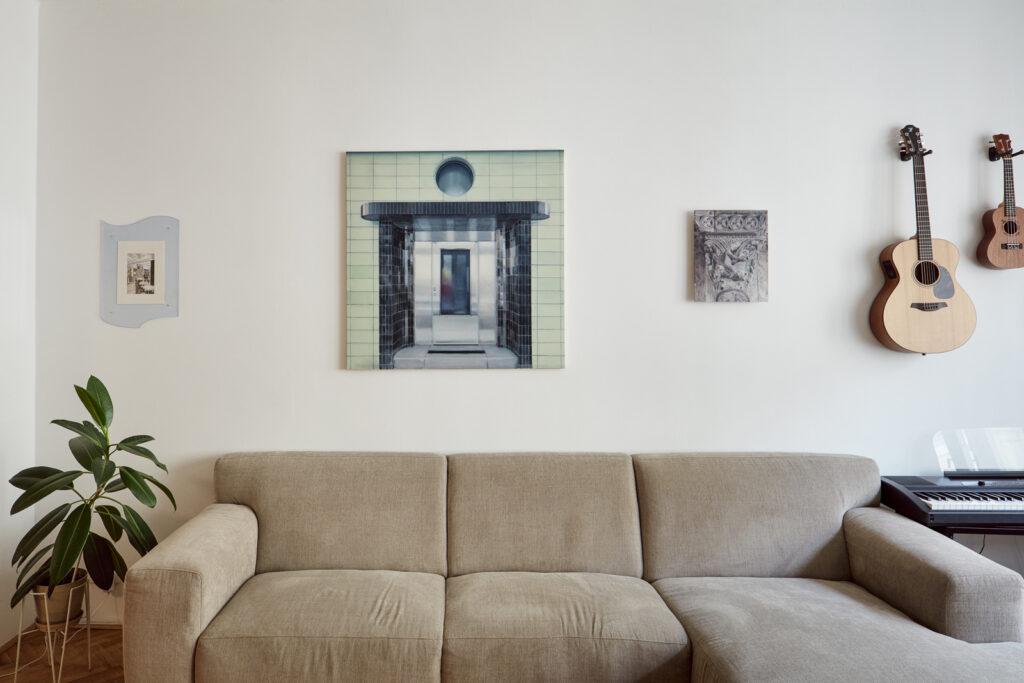 Interiér doplňují také obrazy současných výtvarníků. Vlevo dílo francouzské malířky Néphéli Barbas, uprostřed a vpravo pak tvorba Martina Herolda. Foto Peter Fabo