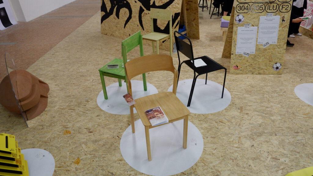 Návrhy jídelních židlí pro UMPRUM studentů Ateliéru produktového designu. Zleva Adam Kvaček, Alena Konečná a Denis Koutník. Foto Ondřej Kubeš a Samuel Petráš. Zdroj UMPRUM