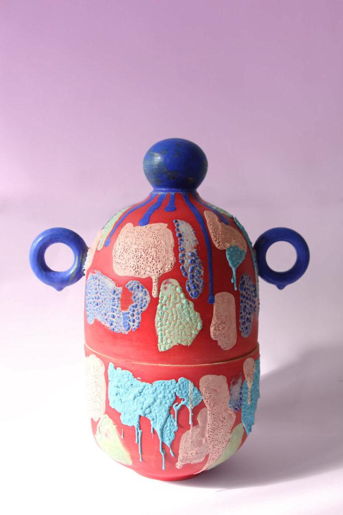 Urny jsou v kolekci tří základních tvarů, povrch je pak zdoben různými druhy glazur, díky čemuž je výsledná podoba jednotlivých uren originální. Zdroj Gréta Kušnírová