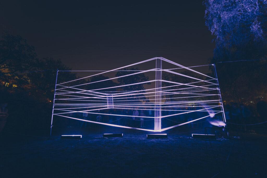 Projekt Horizont událostí je světelná konstrukce, která se díky svému nepřirozenému deformování jeví jako virtuální objekt. 2018, Ivo Louda a Tomáš Ulrich. Zdroj Signal Festival