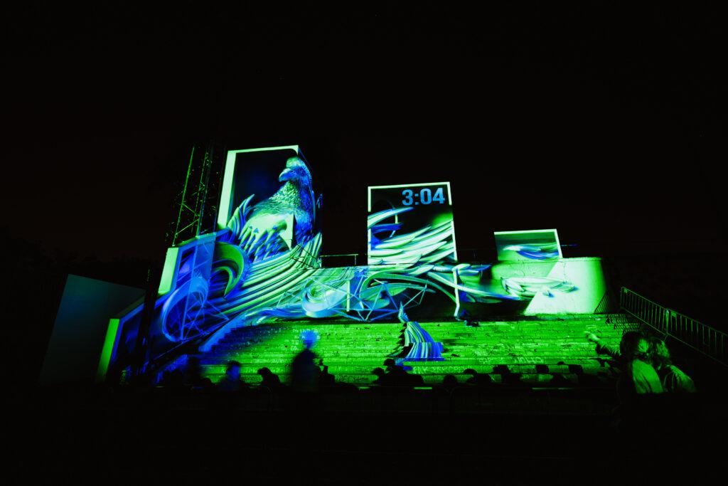 Skloubením neotřelého místa, originální instalace a anamorfního graffiti s 3D projekcí vzniká ojedinělý koncept SSSSSSpace, který přihlížející diváky zaručeně vytáhne z reality. 2018, _STROY. Zdroj Signal Festival