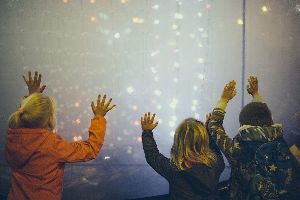 Instalaci Touch Project tvoří čistě interaktivní prostředí. Dav proudící turisticky rušným centrem je vytržen ze své všednodennosti a donucen začít komunikovat a reagovat na vzniklé podněty. 2018, Tomáš Dymeš. Zdroj Signal Festival
