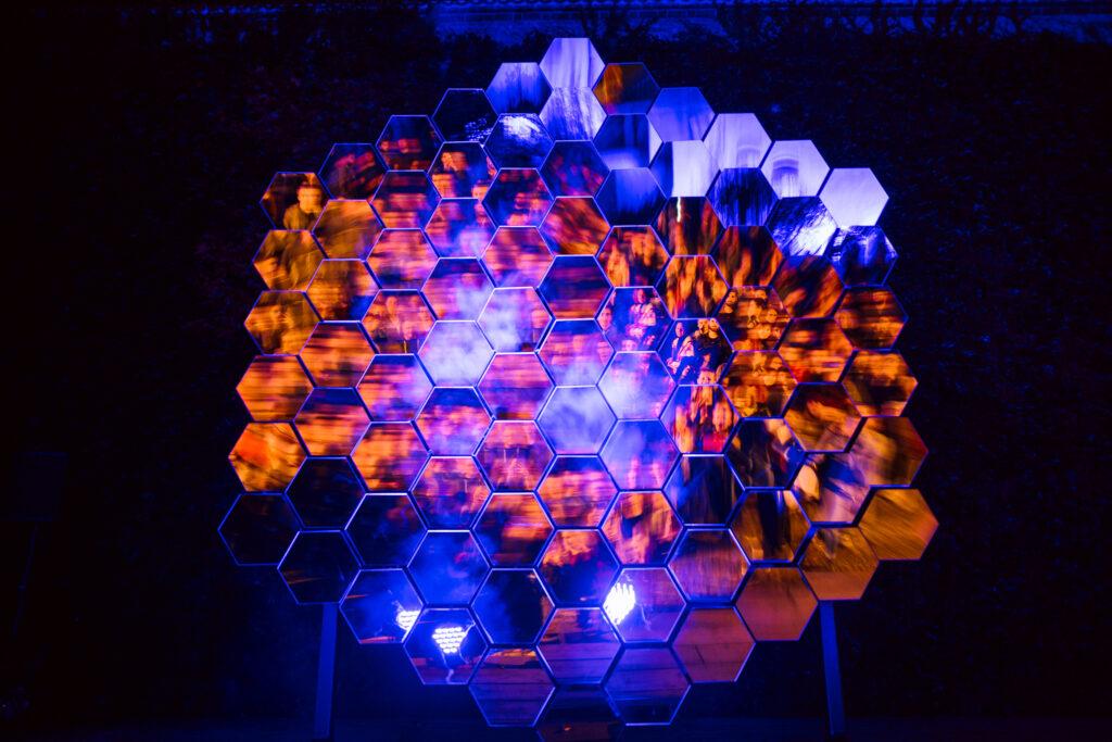 Objekt Reflexe složený z pohyblivých zrcadel odrážejících a proměňujících okolní prostředí. 2019, Petr Vacek a Adam Cigler, partner: PrusaLab. Zdroj Signal Festival