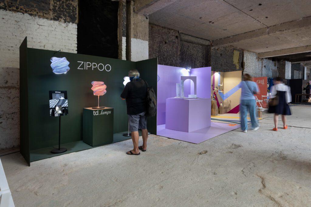 Instalace Scene Collection (uprostřed) Kristýny Mikoláškové a Terezy Drobné. Foto Anna Pleslová