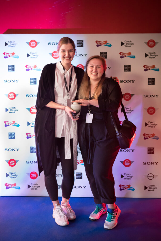Kristýna Mikolášková a Tereza Drobná při přebírání ceny Czech Design Award za Nejlepší instalaci. Foto Anna Pleslová