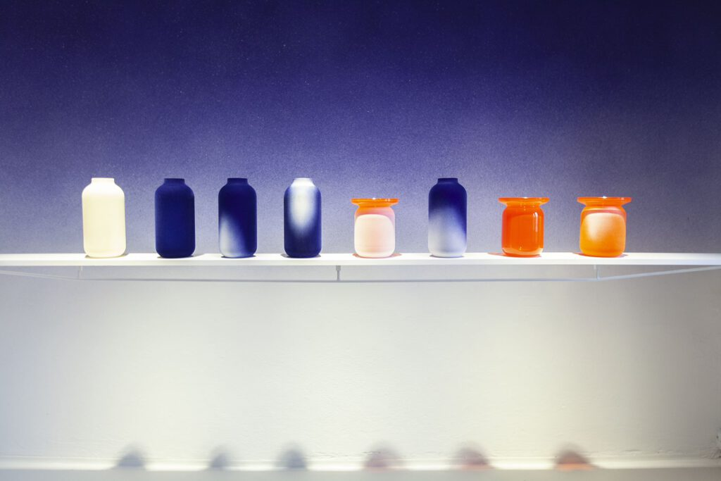 Duo designérek Aneta Honzová a Natalie Constantino zaujaly kolekcí jemných křišťálových váz, které využívají průymslovou technologii flockování a zasaují ho do kontextu současného designu. Foto Johana Pošová
