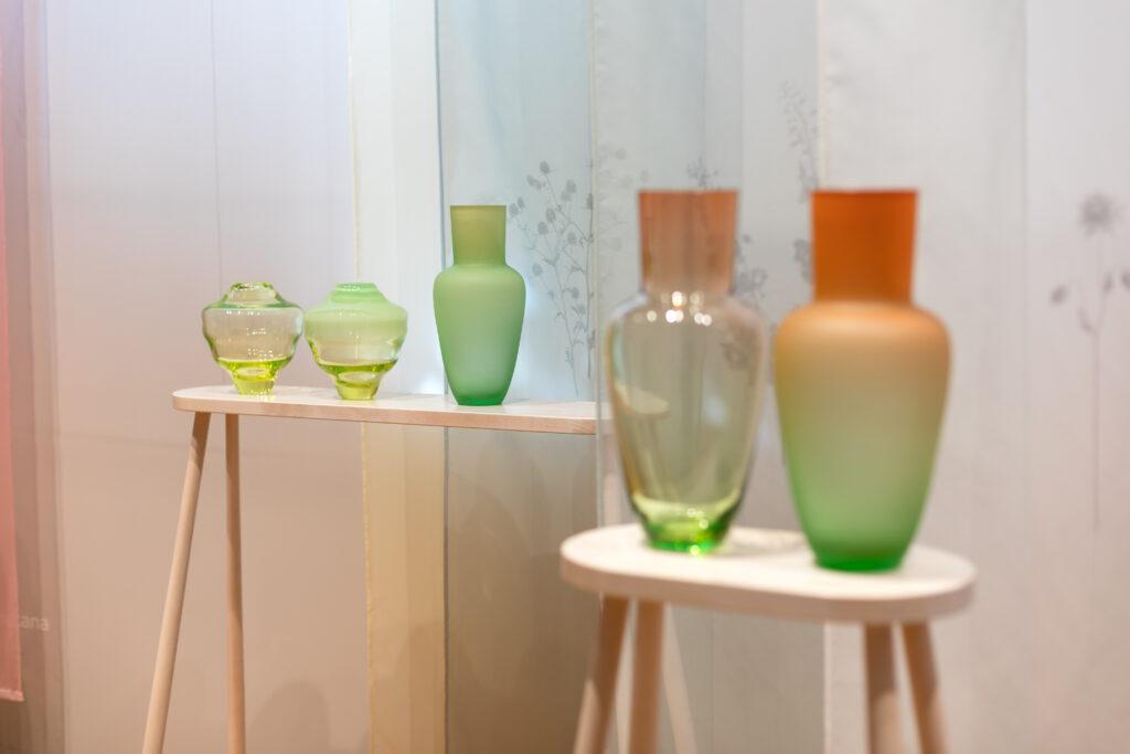 Sklářský výtvarník František Jungvirt vystavuje na Designbloku své vázy Rainbow (vpravo) a Trdlík, v rámci výstavního projektu Renesance 21 v Uměleckoprůmyslovém muzeu v Praze. Foto Anna Pleslová