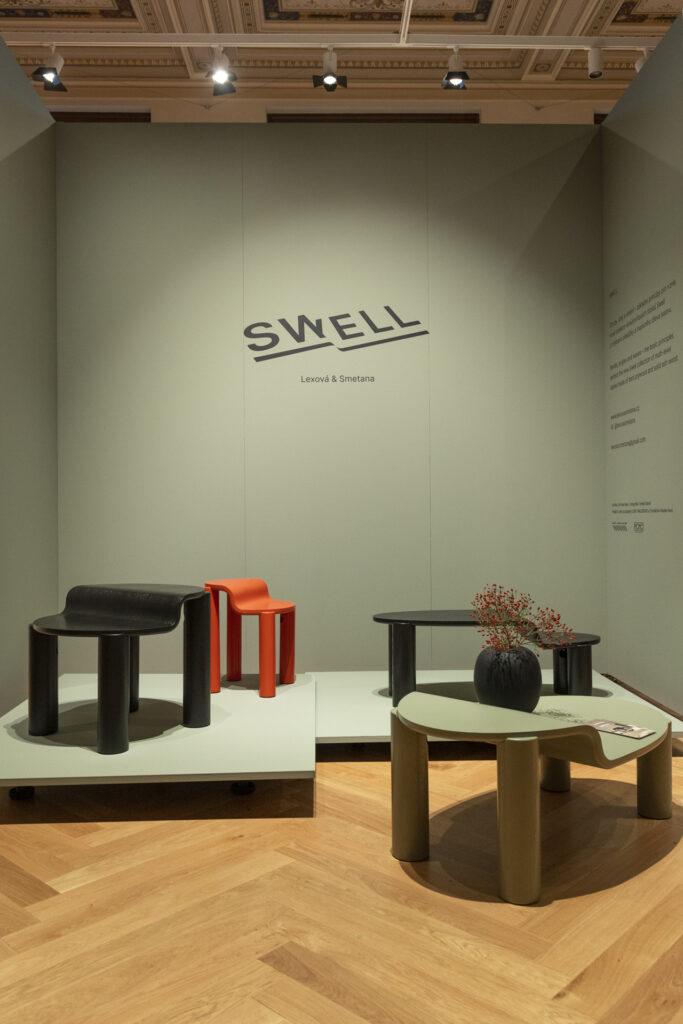 Studio Lexová & Smetana tvoří dvojice designérů Terezie Lexová a Štěpán Smetana. Zatímco loni na Desigbnloku zaujali kolekcí modulárních sedáků Infinite, letos si s kolekcí víceúrovňových konferenčních stolků SWELL místo v rámci výstavy v UPM. Zdroj Lexová & Smetana