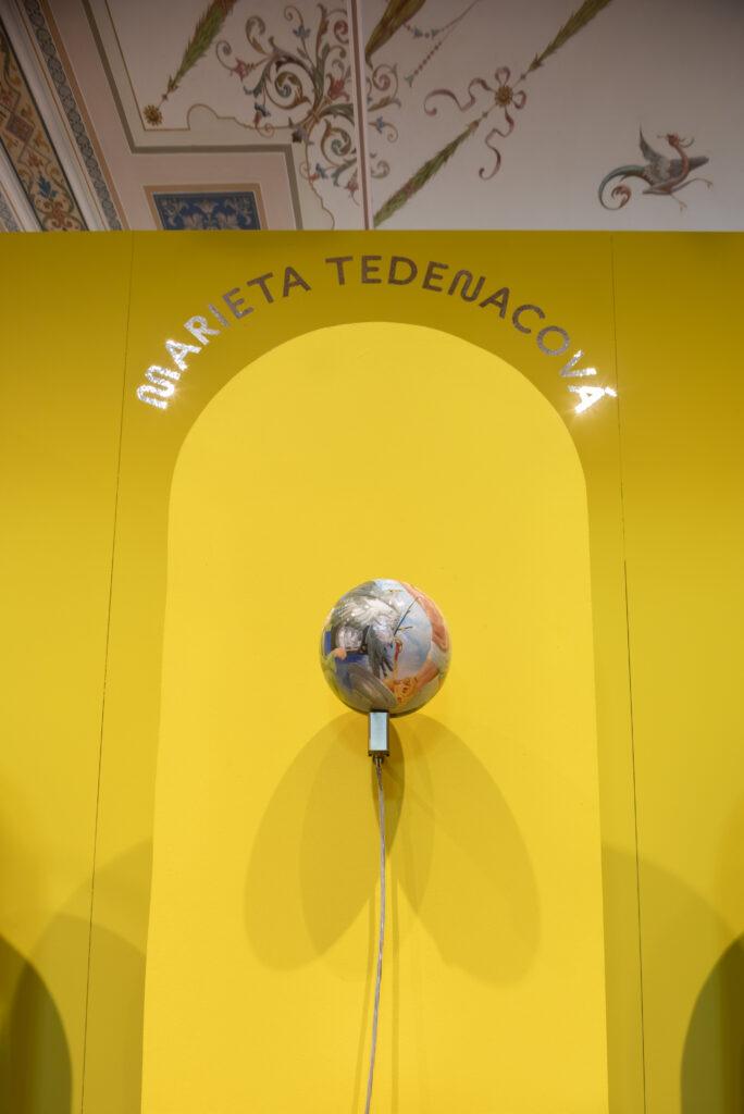 Designérka Marieta Tedenacová z ateliéru skla na pražské UMPRUM výstavu Renesance 21 obohatila o svoji kolekci hodin Globe Clock, které se otáčí proti směru hodinových ručiček. Foto Anna Pleslová