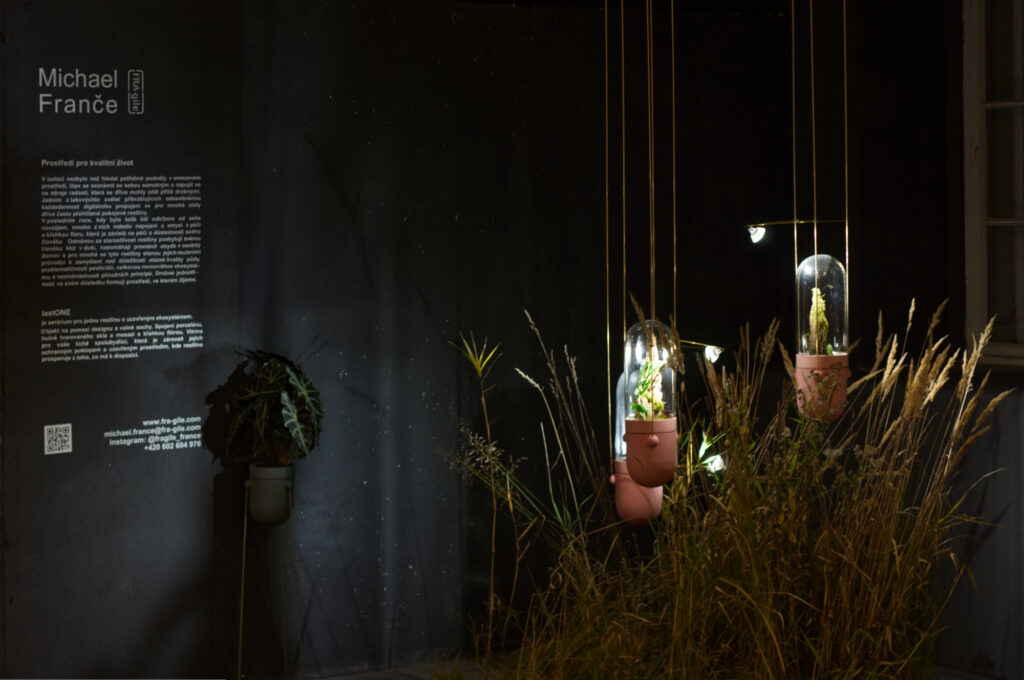 Pod značkou Fra-gile tvoří designér Michael Franče autorskou keramiku a porcelán. Objekt na pomezí designu a volné sochy lastONE představuje takzvané aerárium pro jednu rostlinu s uzavřeným ekosystémem. Objekt na pomezí designu a volné sochy. Zdroj Michael Franče