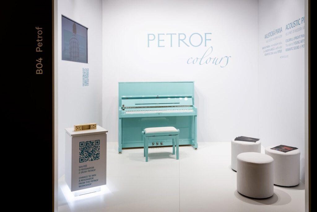 V rámci výstavy Rodinné stříbro na Designbloku poprvé vystavuje český výrobce klavírů a pianin Petrof. Foto Tomáš Hercog